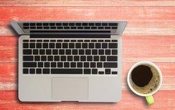 Table de fonctionnement en bois avec l'ordinateur portable et la tasse de café Photo stock