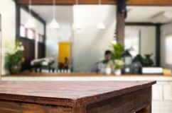 Table de foyer et café ou resta en bois brun vide sélectionné Images stock