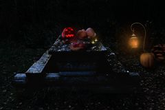 Table de Halloween avec le potiron et la lanterne rougeoyants Image stock