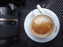 Table de lieu de travail avec l'appareil-photo professionnel et le café blanc Images stock