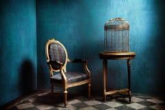 Table de Louis, fauteuil et vieille cage d'oiseau d'or Image stock