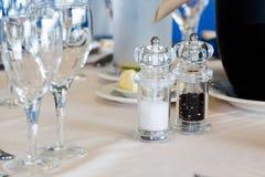 Table de luxe de restaurant avec des plats et des verres réglés Image libre de droits