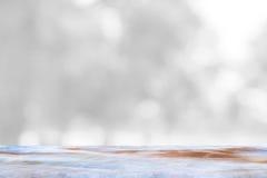 Table de marbre vide et fond intérieur de tache floue avec l'image de bokeh, pour le montage d'affichage de produit Image libre de droits