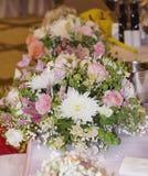 Table de mariage avec des bouquets avec les roses et l'hortensia roses Image libre de droits