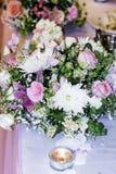 Table de mariage avec des bouquets avec les roses et les chrysanthèmes roses Photos stock
