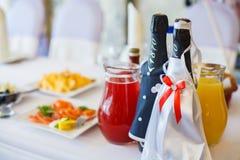 Table de mariage avec des plats et des bouteilles Image libre de droits