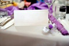 Table de mariage avec l'invitation de mariage Photos libres de droits