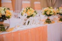 Table de mariage avec la table d'amour d'inscription Photos libres de droits