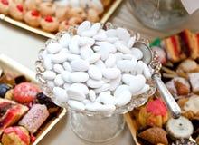 Table de mariage avec les confettis blancs Images stock