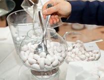 Table de mariage avec les confettis blancs Photographie stock libre de droits