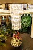 Table de mariage avec les fleurs et le lustre en verre énorme Photos stock