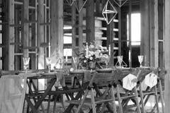 Table de mariage de décoration avant un banquet dans une grange Images libres de droits