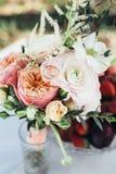 Table de mariage de vase à bouquet Photos stock