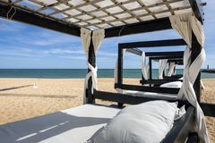 defonce sur la table de massage sur la plage.
