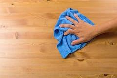 Table de nettoyage d'homme images stock
