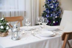Table de Noël avec la torche à la maison images stock
