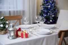 Table de Noël avec la torche à la maison photographie stock