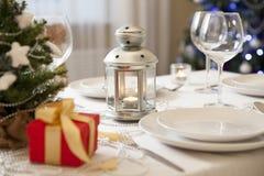 Table de Noël avec la torche à la maison image stock