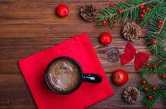 Table de Noël et une tasse de vue supérieure de chocolat chaud image stock