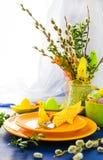 Table de Pâques plaçant des chatons de saule de groupe photographie stock