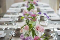 Table de partie décorée de belles fleurs photos libres de droits