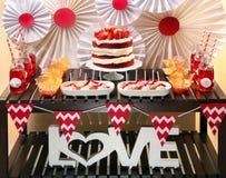 Table de partie de Saint-Valentin avec le gâteau rouge de velours Photos stock