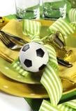 Table de partie du football du football dans des couleurs jaunes et vertes d'équipe - Cl Photographie stock