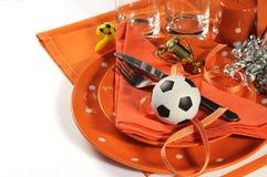 Table de partie du football du football dans des couleurs oranges et blanches d'équipe Photo stock