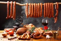 Table de pays avec de la viande, le vin et la fumée Photo libre de droits