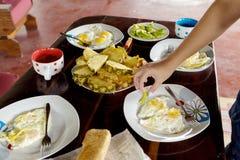 Table de petit déjeuner avec des oeufs au plat et des fruits Photographie stock