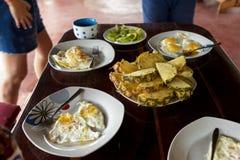 Table de petit déjeuner avec des oeufs au plat et des fruits Photo libre de droits