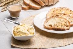 Table de petit déjeuner avec du pain grillé Photo libre de droits