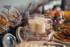 Table de petit déjeuner continental fraîche et lumineuse avec la confiture Ajournez les configurations photographie stock libre de droits
