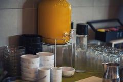 Table de petit déjeuner continental fraîche et lumineuse avec la confiture Ajournez les configurations photo libre de droits
