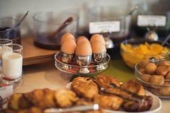 Table de petit déjeuner continental fraîche et lumineuse avec la confiture Ajournez les configurations images stock