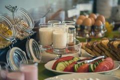Table de petit déjeuner continental fraîche et lumineuse avec la confiture Ajournez les configurations image libre de droits