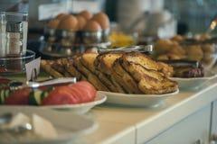Table de petit déjeuner continental fraîche et lumineuse avec la confiture Ajournez les configurations images libres de droits