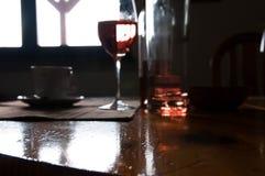Table de pin rayée sur le foyer, café, verre de vin photo libre de droits