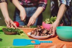 Table de pique-nique avec la nourriture sur le dessus Images stock