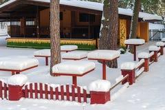 Table de pique-nique de Milou au café abandonné dans la forêt de Riga, Lettonie Photos stock