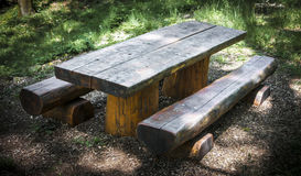Table de pique-nique en bois avec des bancs Photo stock