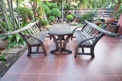 Table de pique-nique en bois avec des bancs Photos stock