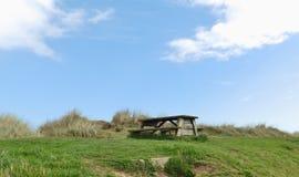 Table de pique-nique sur des dunes Photo stock