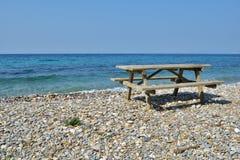 Table de pique-nique sur une plage Images libres de droits