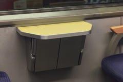 Table de pliage dans le train européen image libre de droits