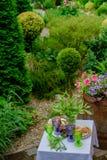 Table de portion pour deux dans le jardin luxuriant photo libre de droits