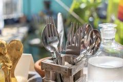 Table de restaurant avec des couverts images libres de droits