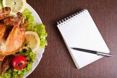 Table de restaurant avec le poulet rôti Photographie stock