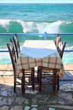 Table de restaurant par la mer Photographie stock