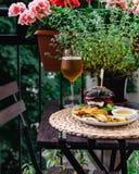 Table de restaurant sur la terrasse avec l'hamburger, les pommes de terre rôties et la bière photo libre de droits